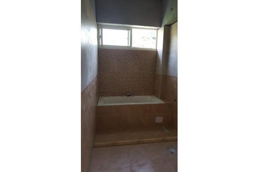 浴室裝修-牆面磁磚鋪貼及杉木天花板